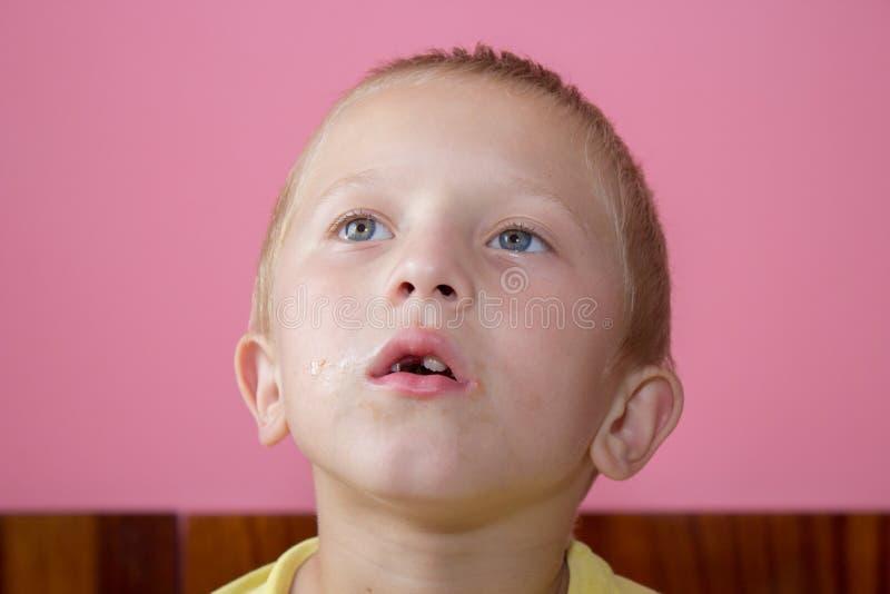 Garçon étonné sans dents photo stock