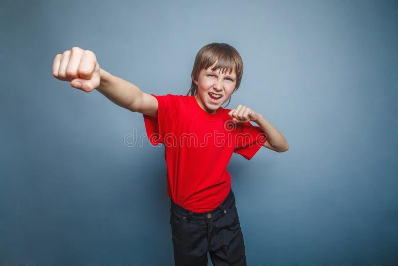 Garçon, adolescent, douze ses années rouges dans la chemise photos stock