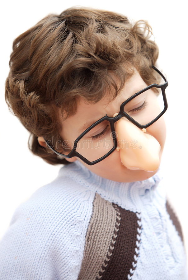 Garçon adorable avec les glaces et le nez du jouet photos libres de droits