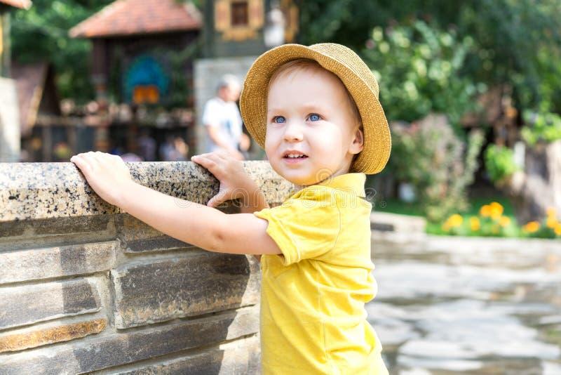 Garçon adorable d'enfant 2 ans dans le chapeau de paille Vacances et marche en parc de zoo image libre de droits