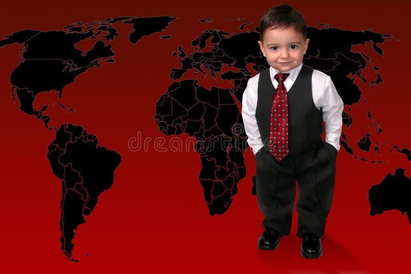 Garçon adorable d'enfant en bas âge dans le procès restant sur le monde image libre de droits