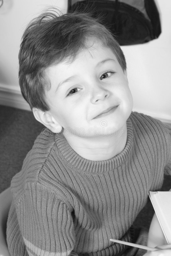Garçon adorable de quatre ans avec de grands œil bleu photographie stock