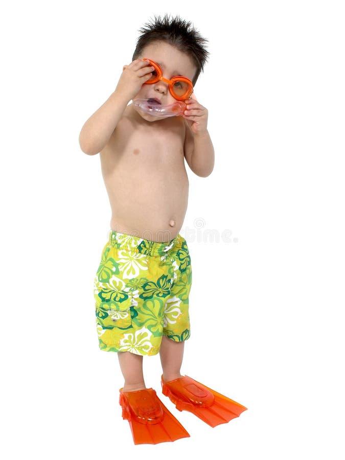 Garçon adorable prêt à naviguer au schnorchel au-dessus du blanc photos stock
