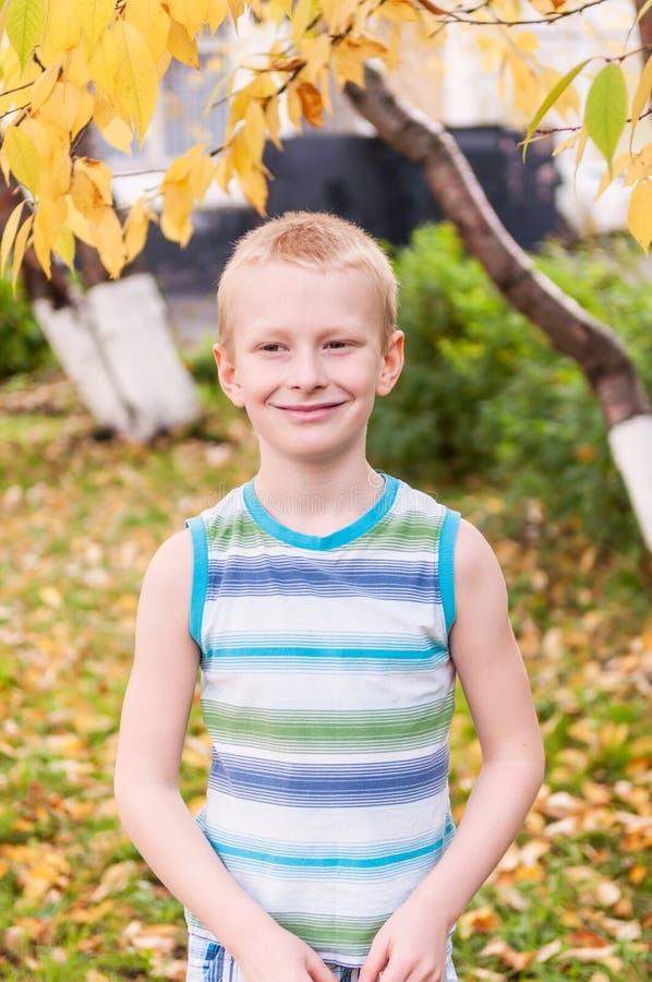 Garçon adorable souriant, automne photos stock