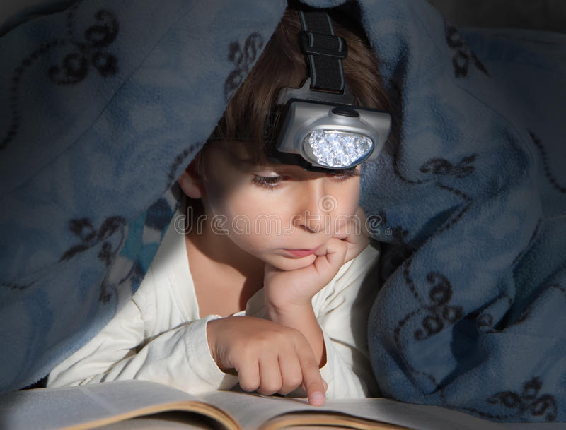 Garçon affichant un livre photographie stock