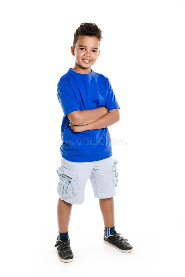 Garçon africain adorable sur le fond de blanc de studio photographie stock