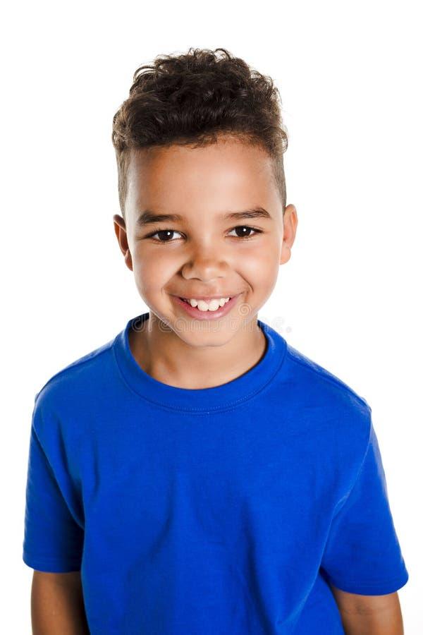 Garçon africain adorable sur le fond de blanc de studio image libre de droits