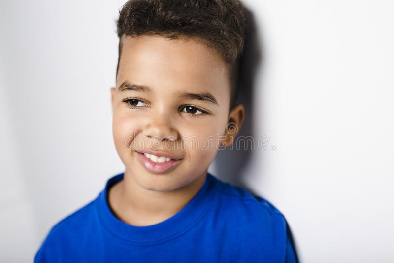 Garçon africain adorable sur le fond de blanc de studio photo libre de droits