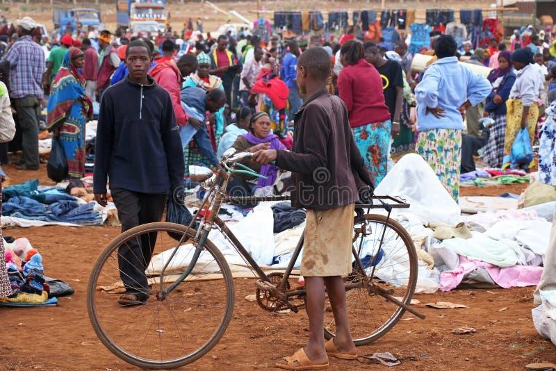 Garçon africain avec la bicyclette au marché de Karatu Iraqw photographie stock libre de droits