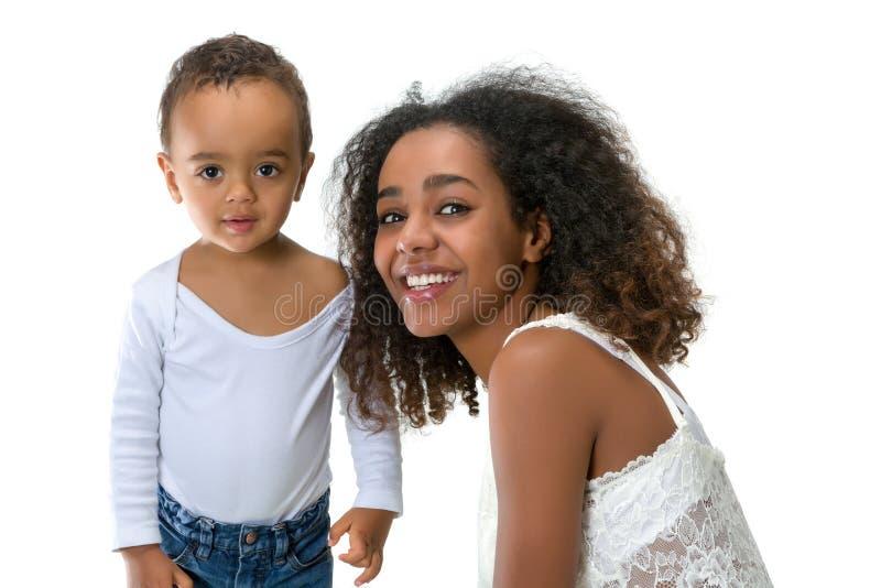 Garçon africain avec la mère images stock