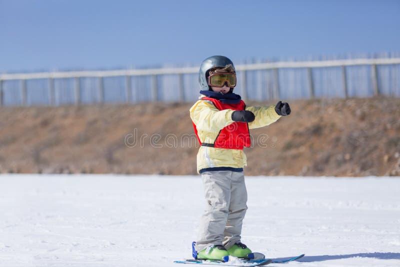 Garçon apprenant à skier image libre de droits