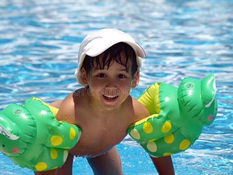 Garçon après la natation photo libre de droits