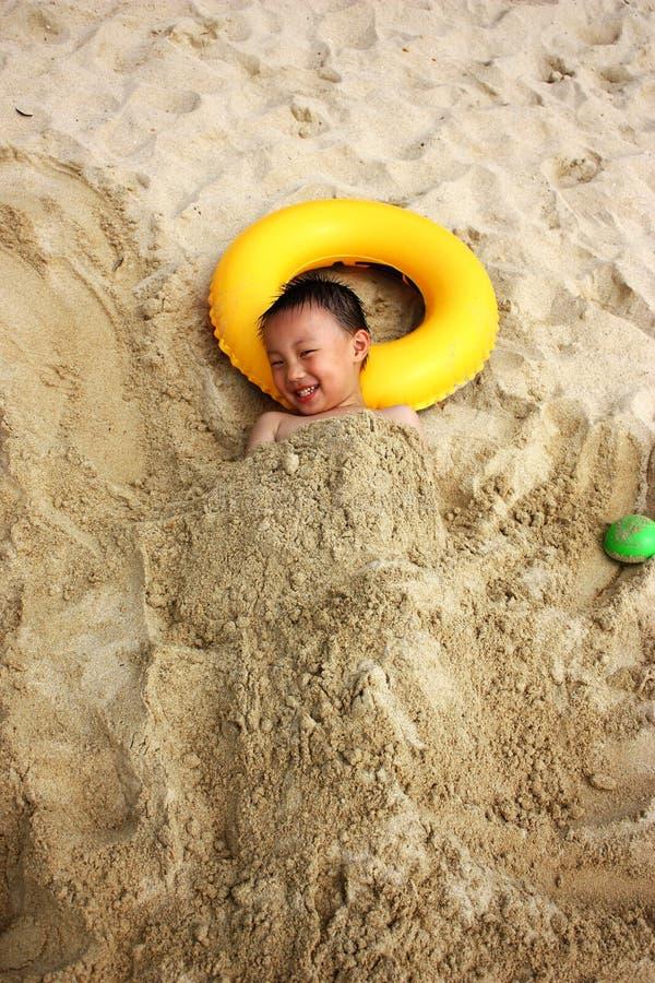 Garçon asiatique à la plage photographie stock