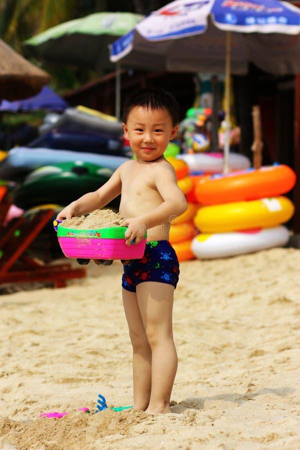 Garçon asiatique à la plage photographie stock libre de droits