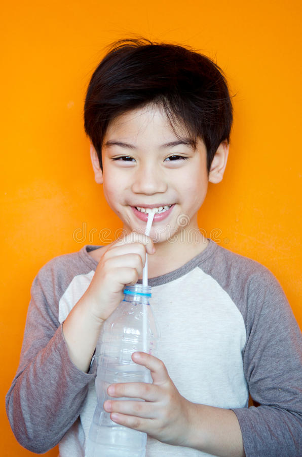 Garçon asiatique avec la bouteille de l'eau image libre de droits