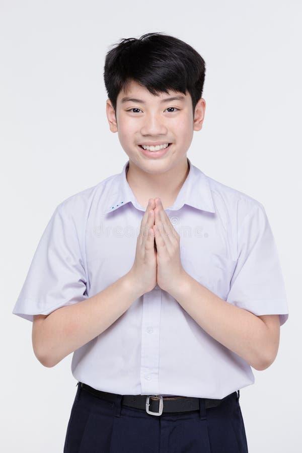 Garçon asiatique d'enfant dans l'uniforme de l'étudiant, moyen temporaire de sawaddee bonjour photos libres de droits