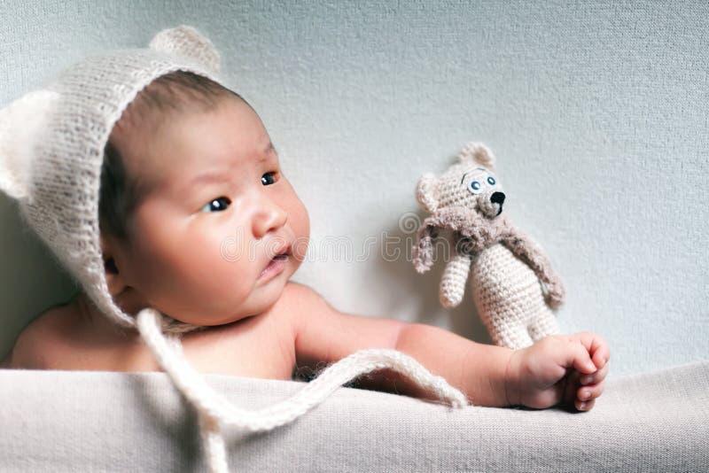 Garçon asiatique de bébé nouveau-né dormant au fond bleu images libres de droits