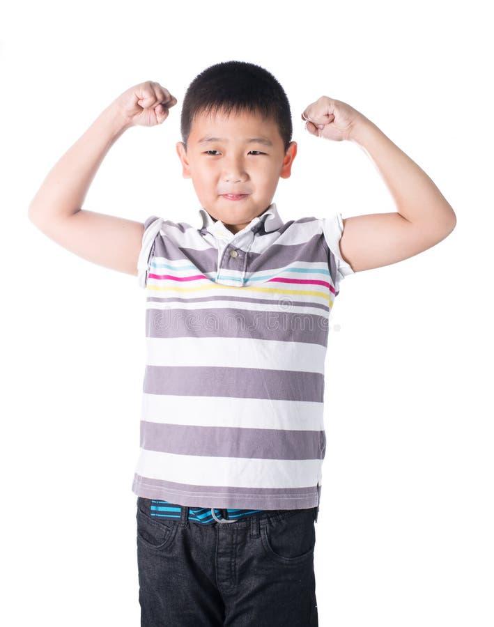 Garçon asiatique fort montrant son biceps fléchissant des muscles son bras, d'isolement sur le fond blanc photographie stock