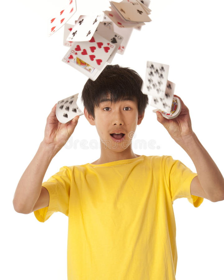 Garçon asiatique jouant avec des cartes images stock