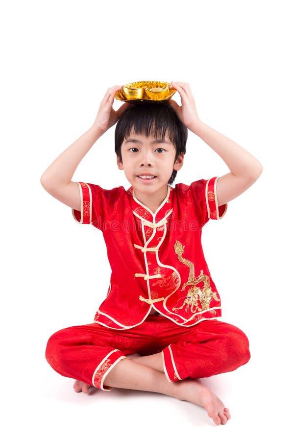 Garçon asiatique mignon dans le Chinois Cheongsam de tradition photos stock