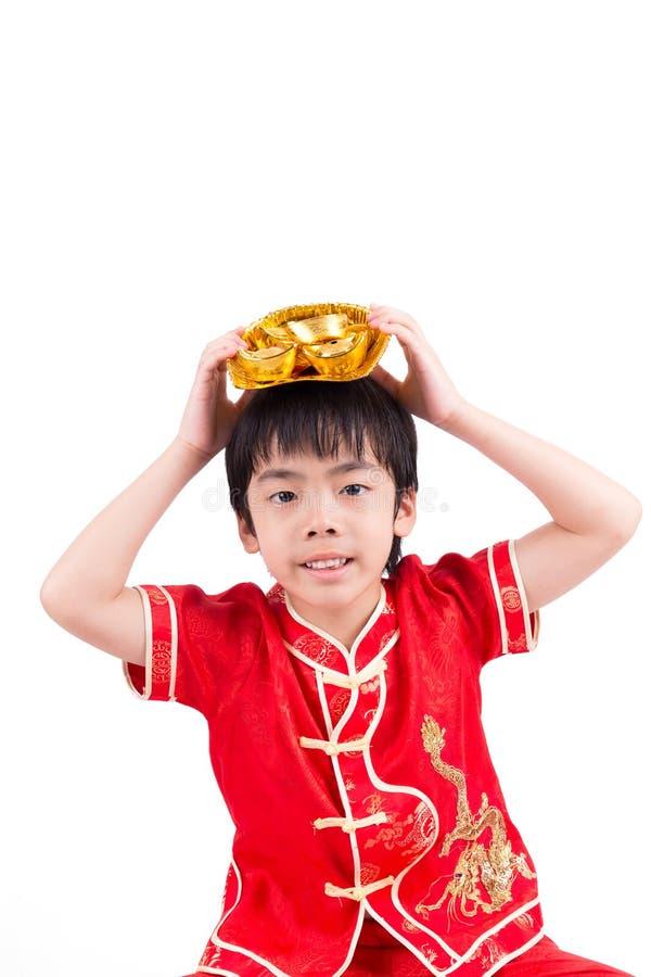 Garçon asiatique mignon dans le Chinois Cheongsam de tradition image stock