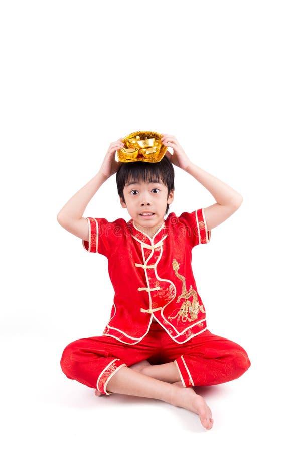 Garçon asiatique mignon dans le Chinois Cheongsam de tradition photographie stock