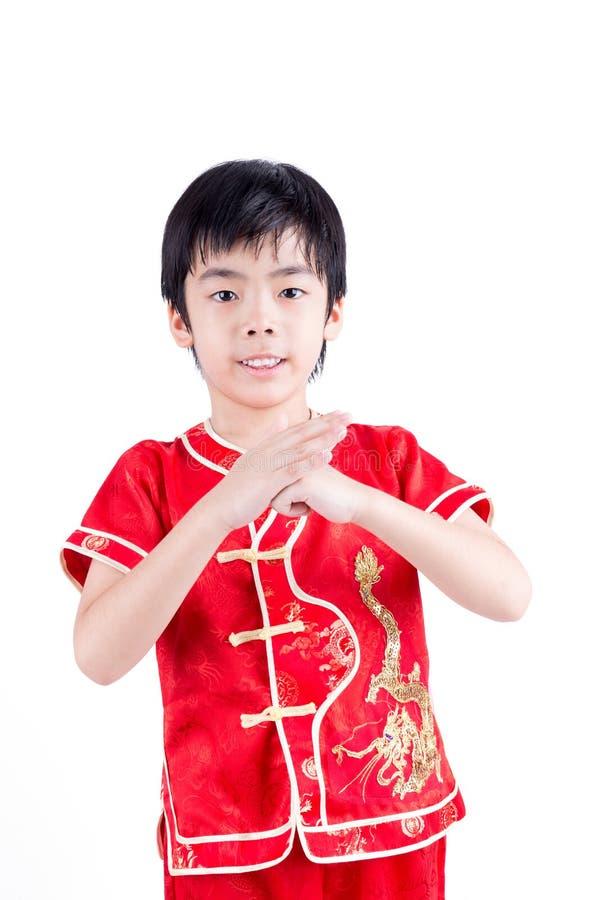 Garçon asiatique mignon dans le Chinois Cheongsam de tradition d'isolement sur le blanc photo stock