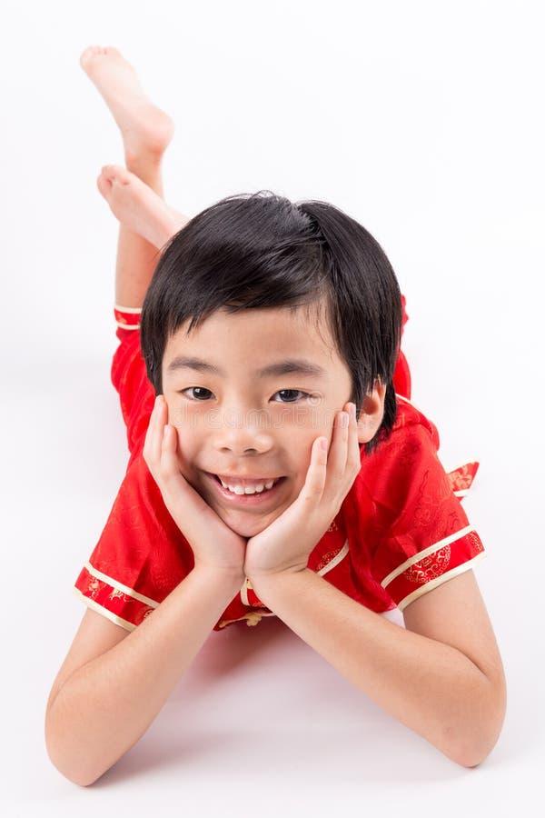 Garçon asiatique mignon dans le Chinois Cheongsam de tradition d'isolement sur le blanc photos libres de droits