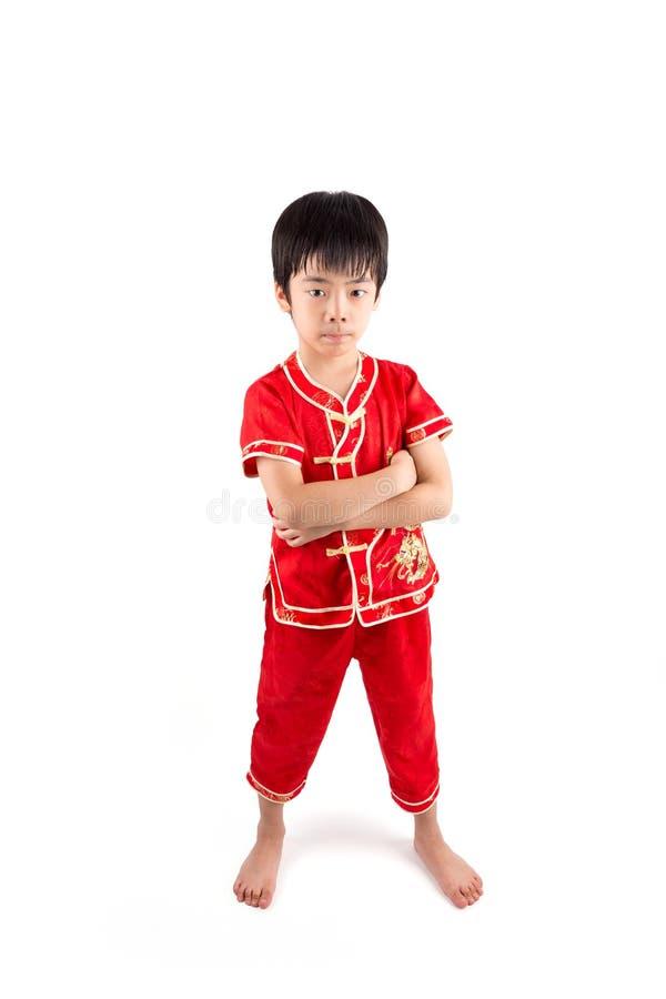 Garçon asiatique mignon dans le Chinois Cheongsam de tradition d'isolement sur le blanc photographie stock libre de droits