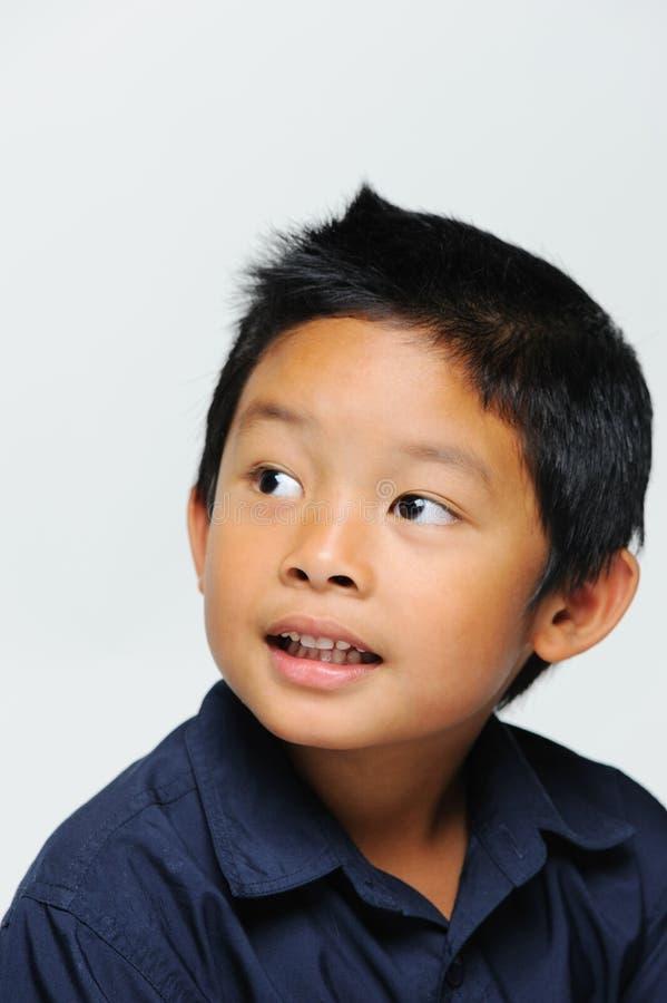 Garçon asiatique semblant mignon photographie stock libre de droits
