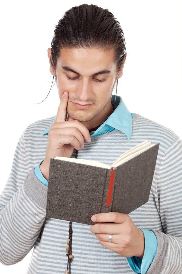 Garçon attirant affichant un livre images stock