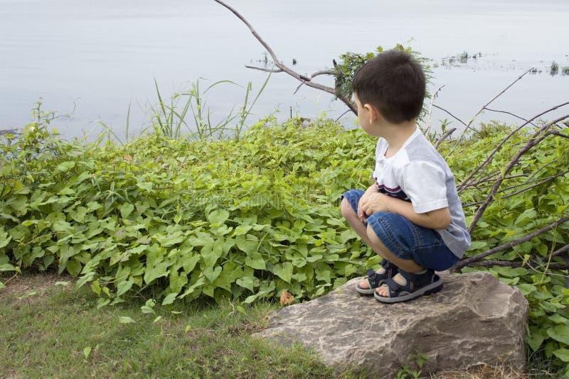 Garçon au lac images libres de droits