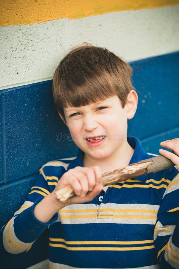 Garçon autiste avec le bâton images stock