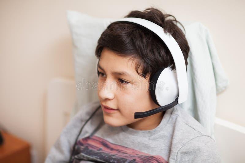 Garçon avec des écouteurs photo libre de droits