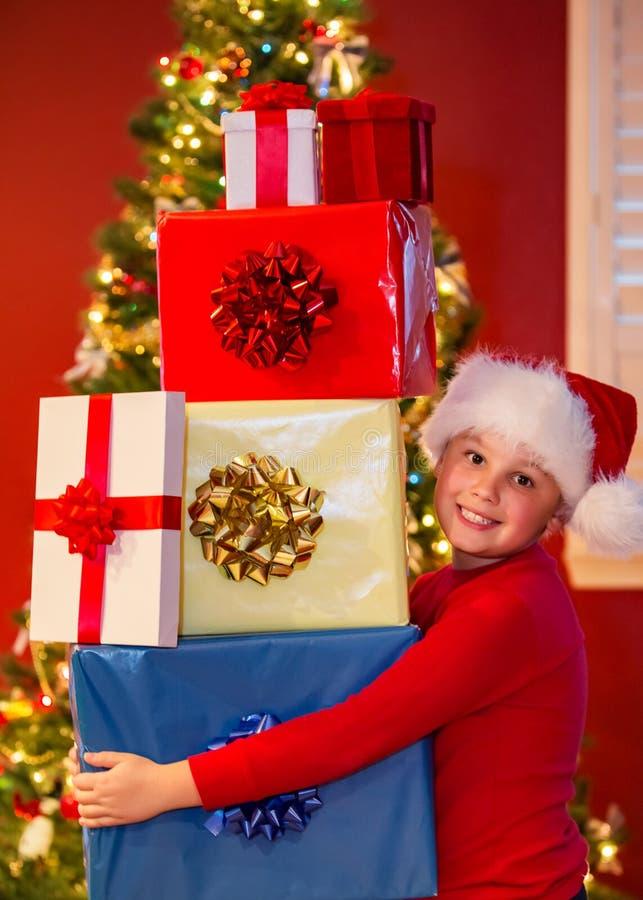 Garçon avec des cadeaux photographie stock libre de droits