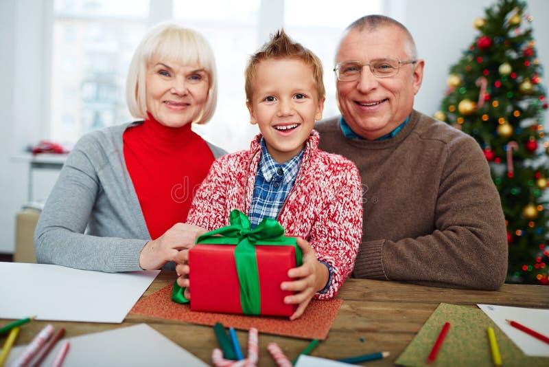 Garçon avec des grands-parents photos stock