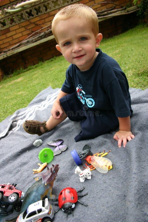 Garçon avec des jouets images stock