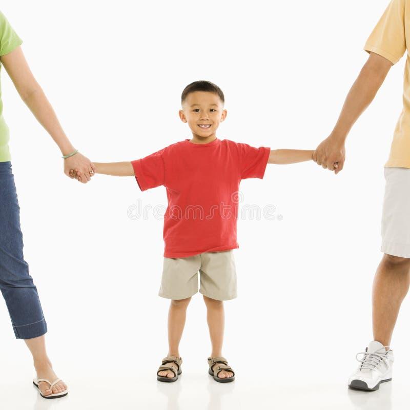 Garçon avec des parents. photographie stock