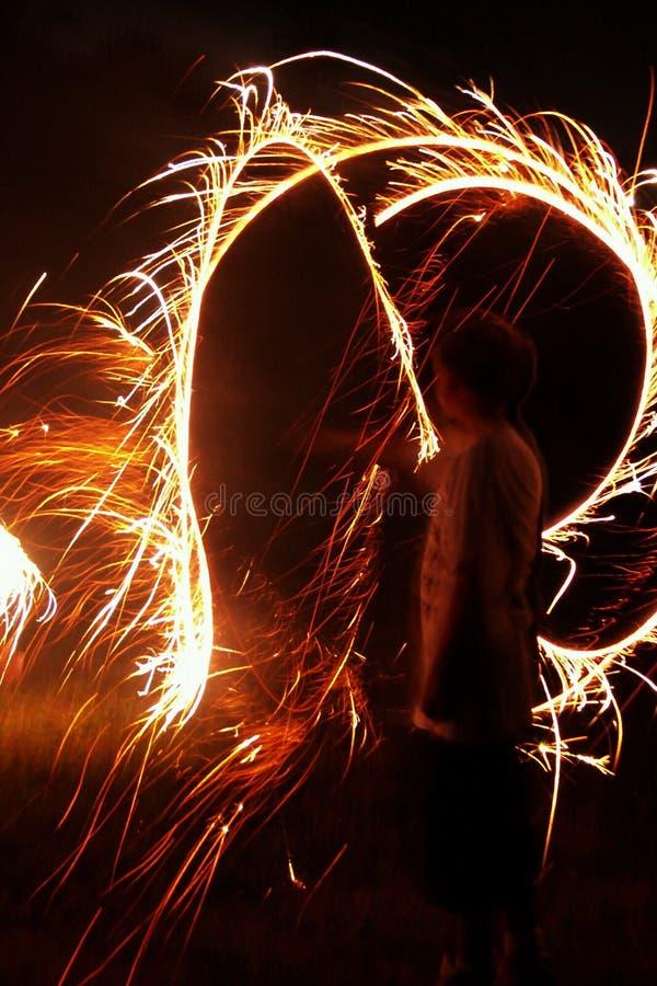 Garçon avec des Sparklers photographie stock