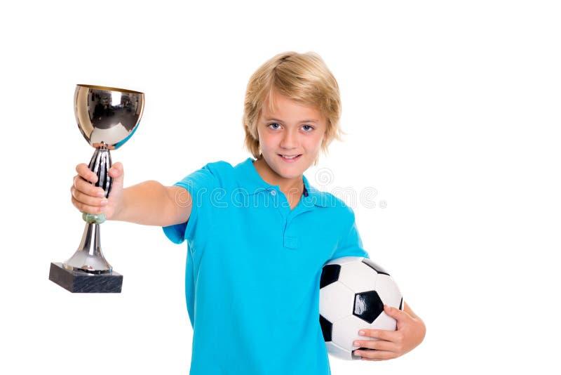 Garçon avec du ballon de football et la tasse devant le fond blanc photo stock