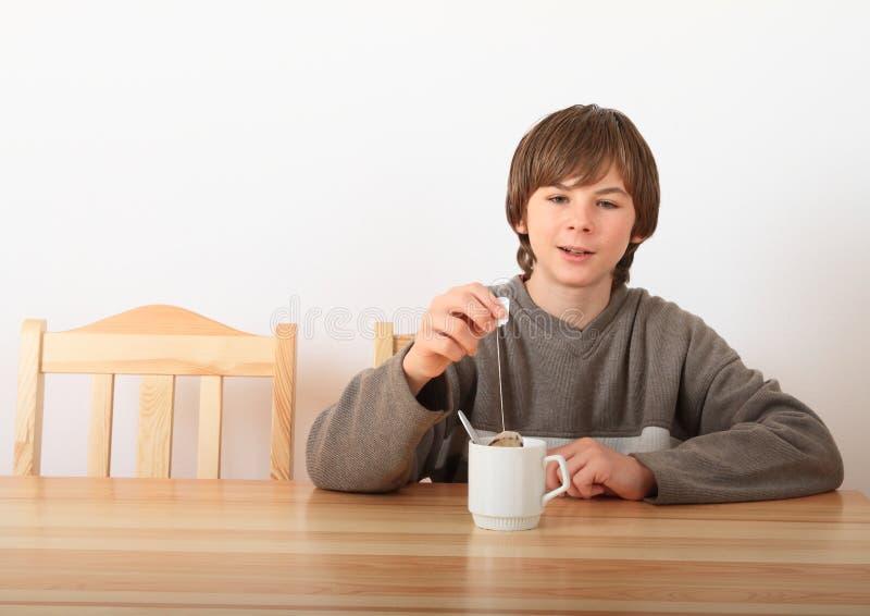Garçon avec du thé photo stock