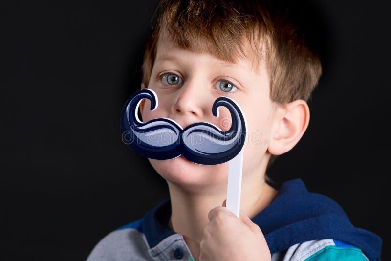 Garçon avec l'appui vertical de moustache photo libre de droits