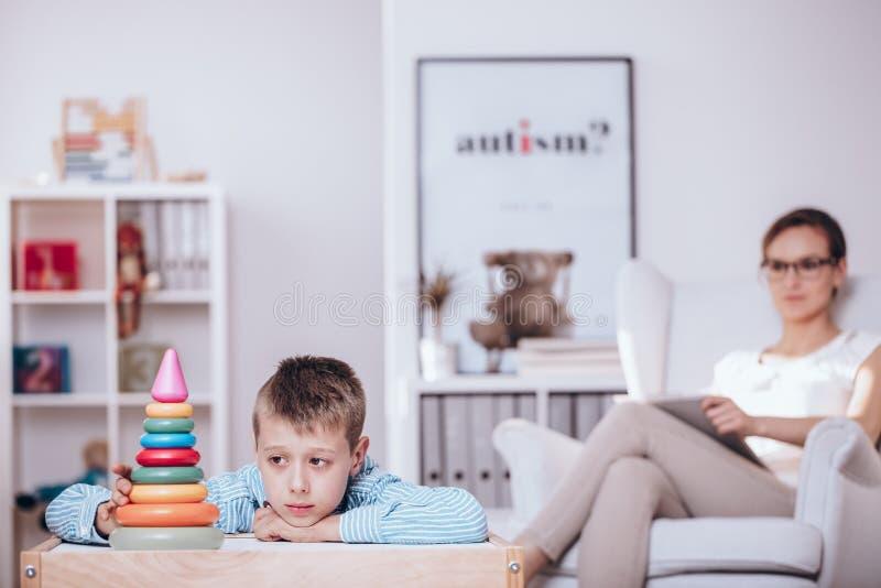 Garçon avec l'autisme pendant la thérapie photographie stock libre de droits