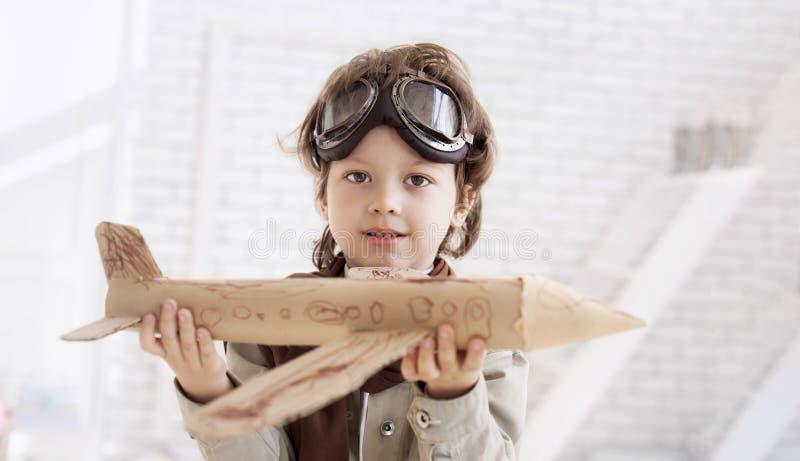 Garçon avec l'avion à disposition photos stock