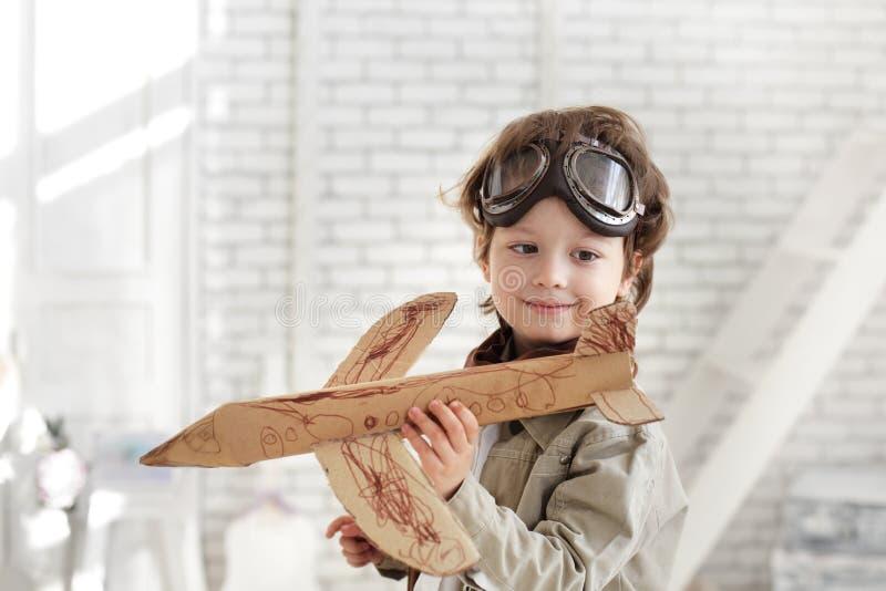 garçon avec l'avion à disposition photographie stock libre de droits