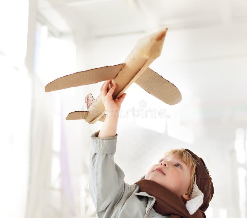 Garçon avec l'avion à disposition image libre de droits