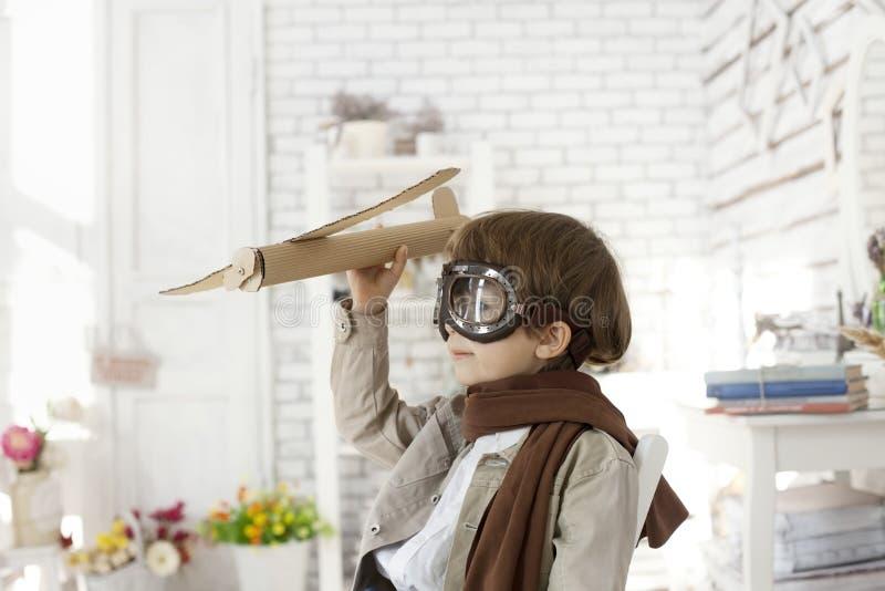 Garçon avec l'avion à disposition photographie stock