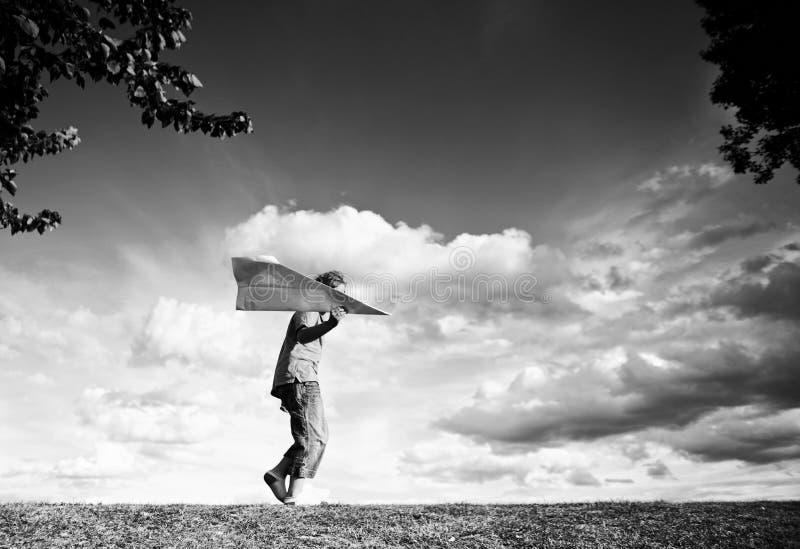 Garçon avec l'avion de papier photographie stock libre de droits