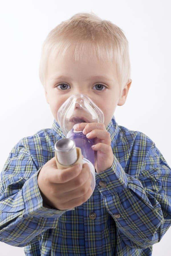 Garçon avec l'inhalateur d'asthme images stock