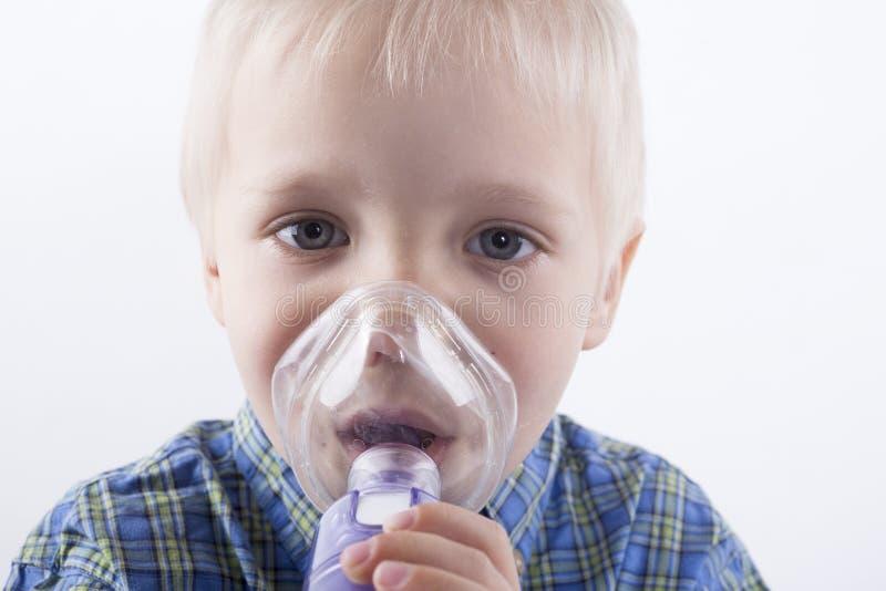 Garçon avec l'inhalateur d'asthme images libres de droits